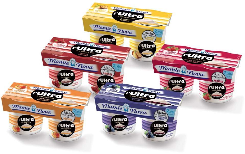 Mamie Nova sur place sur le marché porteur des yaourts enrichis en protéine.
