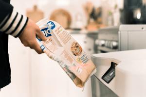 En scannant un produit avec Eugène, l'appareil donne des informations sur le produit, son recyclage, et permet de le recommander automatiquement.