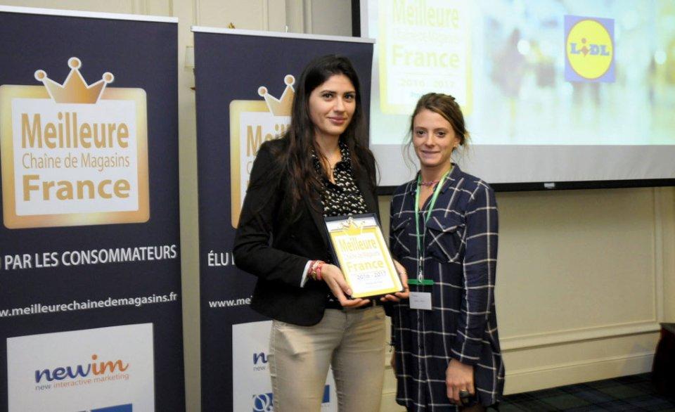 Alegria Ifergan, chargée de communication pour Lidl, reçoit le prix de la meilleure chaîne de magasins 2016-2017.
