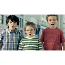 Los niños se rinden a los encantos del nuevo Mercedes-Benz CLS en un spot televisivo
