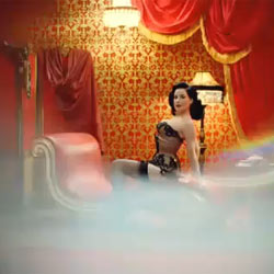 "Dita von Teese protagoniza un sensual ""striptease"" para Renault"
