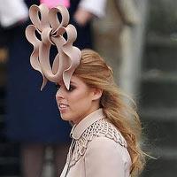 """La princesa Beatriz subasta en eBay el """"estrafalario"""" tocado que lució en la boda real británica"""