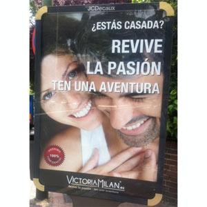 """Los anuncios del portal para adúlteras Victoria Milan """"irritan"""" a los maridos madrileños"""