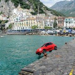 Fiat lanza sus coches al mar para llegar hasta Estados Unidos
