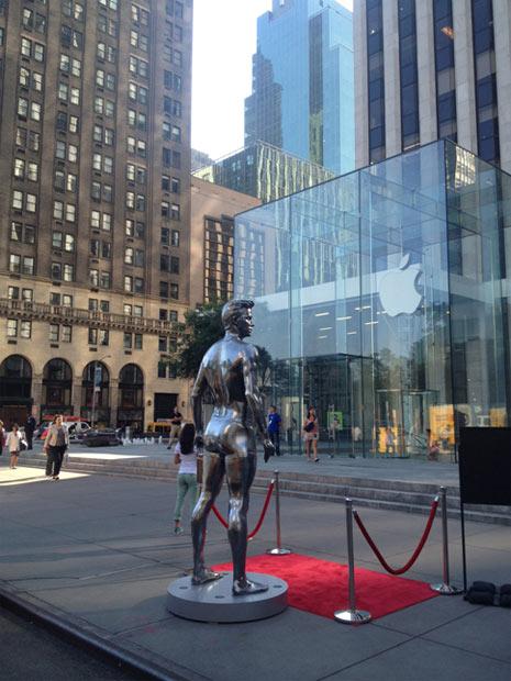 H&M erige estatuas gigantes de David Beckham en una nueva campaña publicitaria