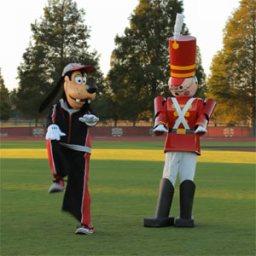 Para formar parte de la fiesta de Navidad de Disneyland hay que pasar por el duro entrenamiento de un soldado de juguete