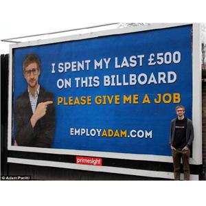 Un joven licenciado en producción de medios gasta sus últimas 500 libras en una valla publicitaria para encontrar trabajo