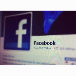 Una pesadilla digital: su muro de Facebook proyectado en las pantallas de una estación