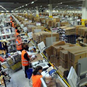 Lo que los almacenes de Amazon esconden: subcontratación, hacinamiento y extrema derecha