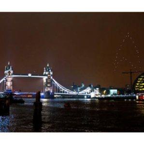 El logo de Star Trek se dibuja sobre el cielo de Londres para promocionar la nueva película de la saga
