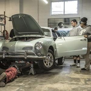 """Unos estudiantes crean el primer coche del mundo que sustituye la gasolina por el """"buzz"""" en los social media"""