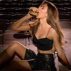 Carl's Jr convierte su nuevo spot en todo un espectáculo de carne, y no precisamente de hamburguesa