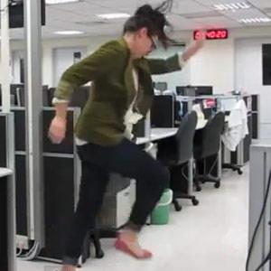 Una periodista se despide de su trabajo marcándose un rap en honor a su jefe en un vídeo viral en YouTube