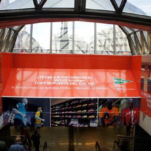 La cúpula de la estación de Sol se convierte en el escaparate deportivo de El Corte Inglés