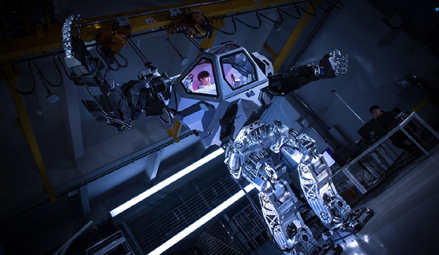 Jeff Bezos pilota un robot gigante en la conferencia MARS 2017