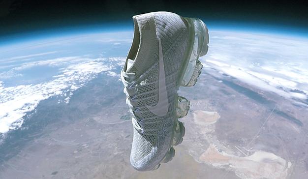 Nike envía sus nuevas zapatillas al espacio atadas a un globo meteorológico