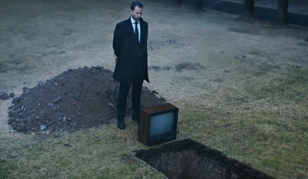 """Este spot de PlayStation le anima a """"matar"""" y a enterrar sus viejos hábitos televisivos"""
