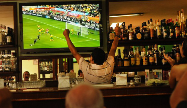 Un tercio de los españoles prefiere ver el fútbol en locales públicos