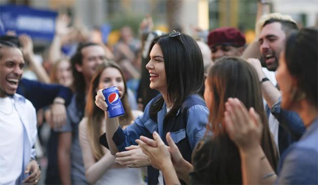 """La red de redes despelleja vivo el """"anuncio protesta"""" de Pepsi y Kendall Jenner"""