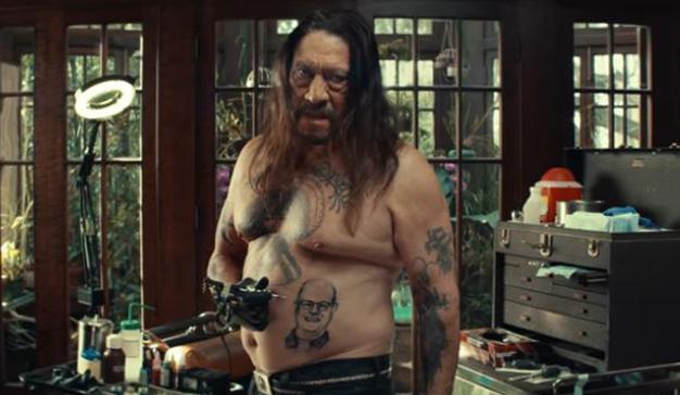 El actor Danny Trejo alaba a los hombres que cuidan de sus padres en el nuevo anuncio de AARP