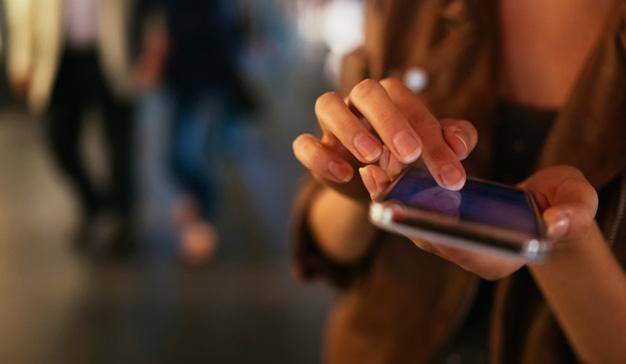 Deberían ser amigos íntimos, pero el e-commerce y los smartphones se tiran (aún) de los pelos