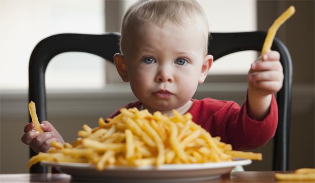 """Los niños se """"zampan"""" (casi sin respirar) 12 spots de comida basura cada hora en la TV"""