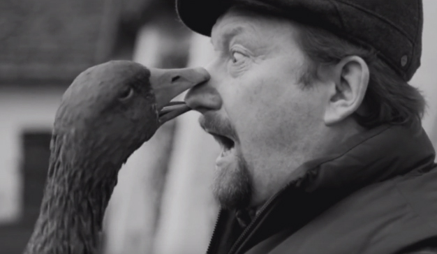 Un ganso muy canalla salva el pellejo en este hilarante spot navideño de T-Mobile