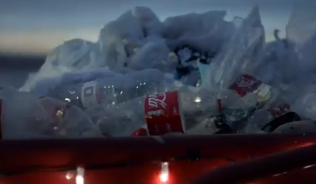 Greenpeace quiere advertir del plástico desechado en los océanos por Coca-Cola