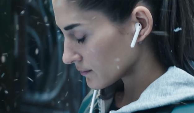 Por qué los AirPods (y no tanto el Apple Watch) hacen latir el corazón wearable de Apple