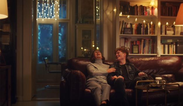 Nokia le anima en este spot a desconectar el móvil y ser un regalo (con patas) esta Navidad
