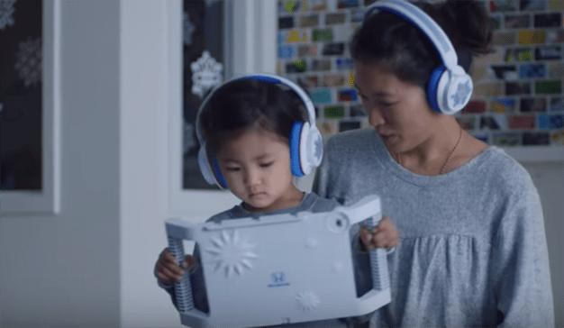 Honda saca una sonrisa a los niños hospitalizados con su tarjeta navideña de AR