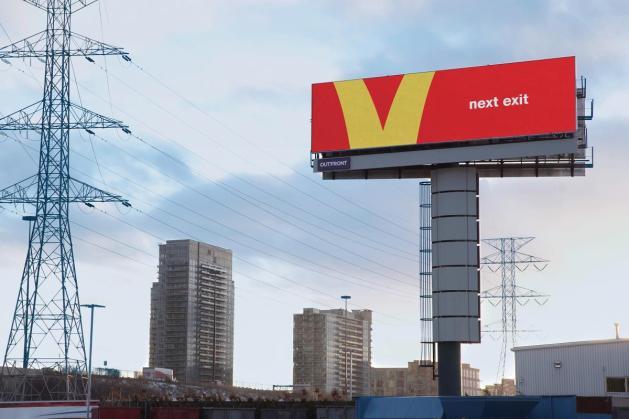 McDonald's convierte sus icónicos arcos amarillos en señales de tráfico en esta campaña