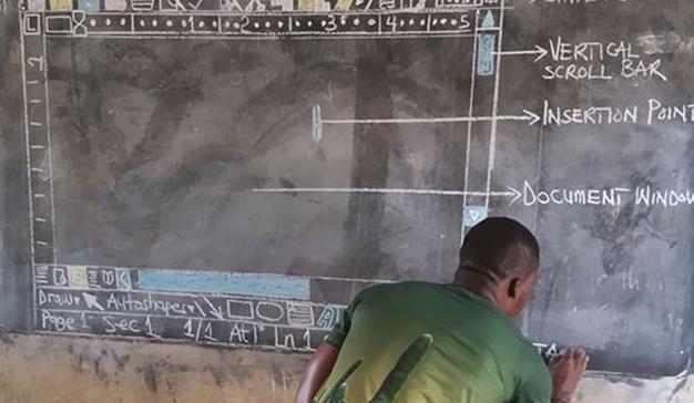 Microsoft equipará con un ordenador al profesor africano que enseña Word con una pizarra y tiza