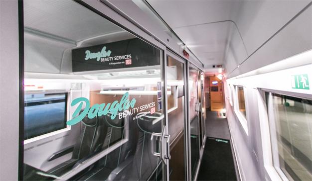 "La belleza traquetea a bordo del tren gracias a esta ""coqueta"" idea de Douglas"
