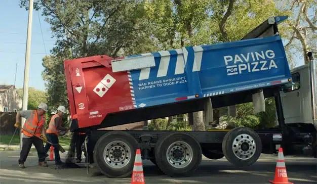 ¿Baches en el asfalto? Domino's los arregla para que su pizza llegue sana y salva a casa