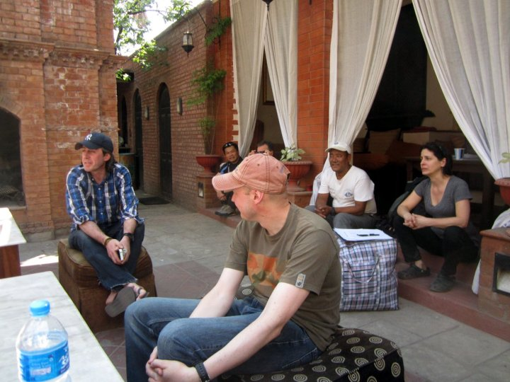 Phil Crampton holding an Altitude Junkies expedition briefing in the second courtyard of the Courtyard Hotel (Photo: Ricardo Peña)