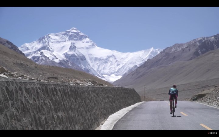 Cycling towards the north face of Everest (Photo: Cycling Tips)