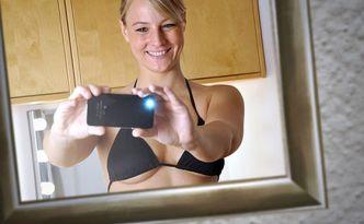 So ein Selbstportrait ist in Zeiten von Sexting sicher noch harmlos. Aber möchte man, dass ein solches Bild überall auf einschlägigen Internetseiten auftaucht? (Foto: Dan Race - fotolia)