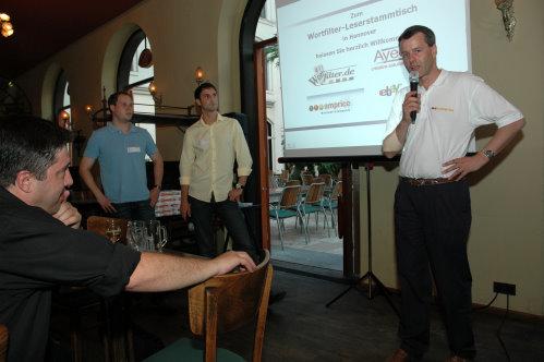 amprice Vortrag beim Wortfilter Stammtisch in Hannover. Axel (vorne links)  hört sich meinen Vortrag an.