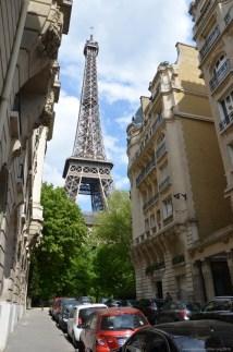 Blick auf den Eiffelturm aus der Rue de l'Université