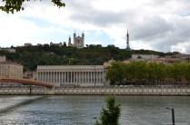 Blick auf Palais de justice historique de Lyon mit Notre-Dame de Fourvière
