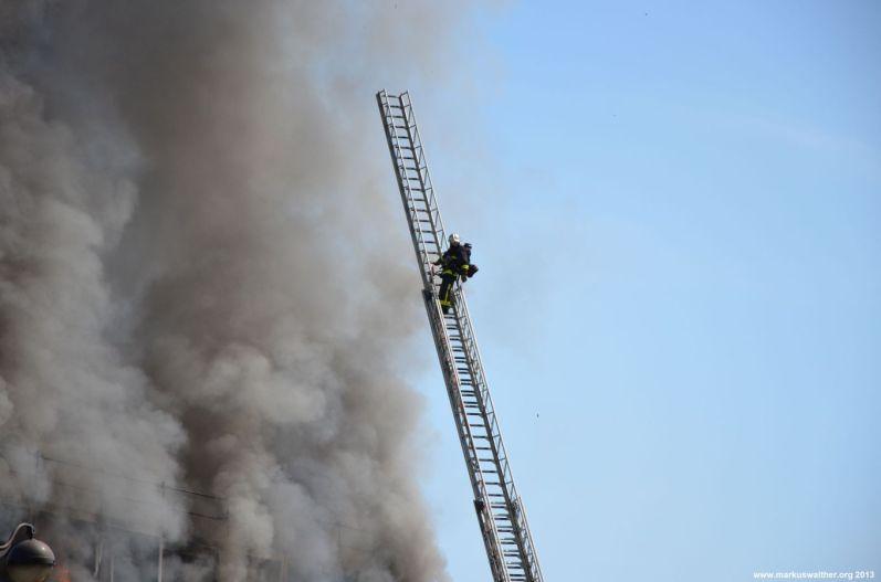 Feuerwehrmann über dem Feuer