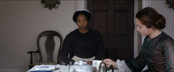 Anna (Naomi Ackie) et Katherine (Florence Pugh) dans The Young Lady
