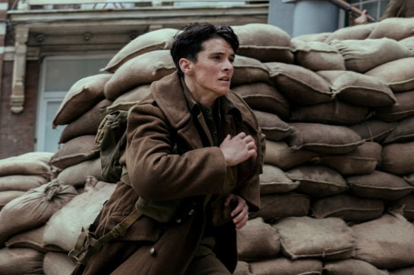 Tommy (Fionn Whitehead) dans Dunkerque
