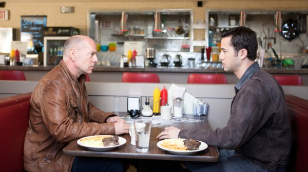 Bruce Willis et Joseph Gordon-Levitt dans Looper de Rian Johnson (2012)
