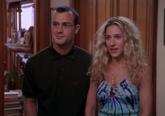 "Carrie Bradshaw (Sarah-Jessica Parker) accompagnée de Vaughn Wysel (Justin Theroux) dans l'épisode ""Shortcomings de Sex and the City (1999)"