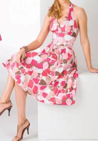 Um vestido que não sai de moda.  Surgiu na década de 50. Segue esquema de modelagem do 36 ao 56.