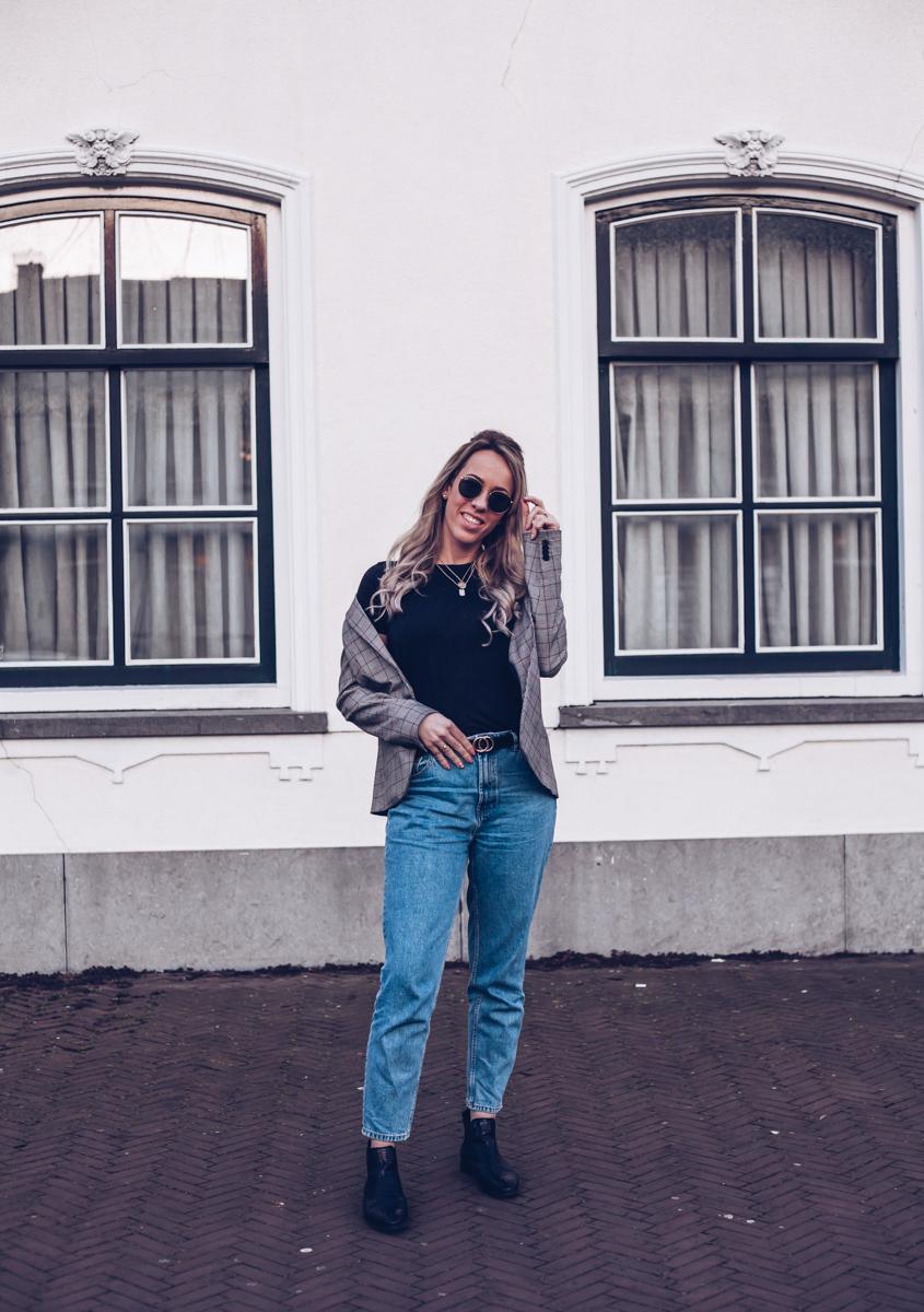 Zo combineer je de mom jeans