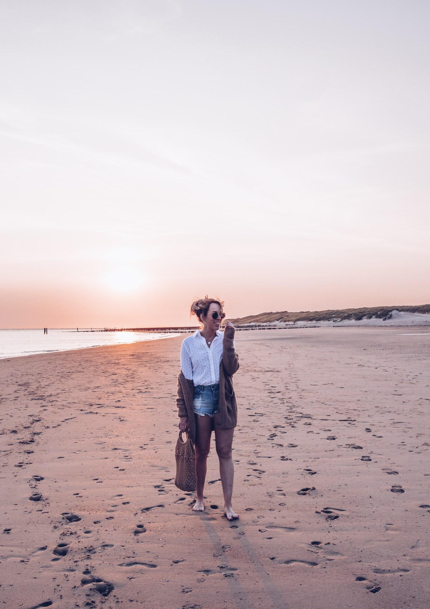 zonsondergang op het strand kijken