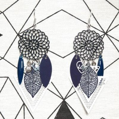 Boucles d'oreilles estampes bleu marine et blanches